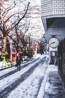 雪の覆われた歩道の上に時計の写真・画像素材[1680569]