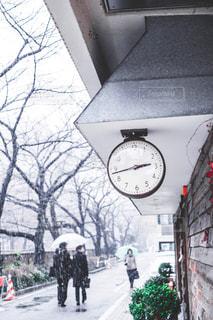 道の真ん中に時計の写真・画像素材[1680622]