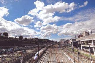 鉄の線路上の列車の写真・画像素材[2453918]