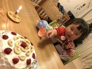食事のテーブルに座っている少女の写真・画像素材[1669812]