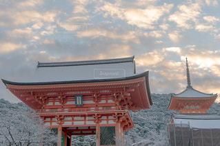 雪化粧の清水寺仁王門の写真・画像素材[1688029]