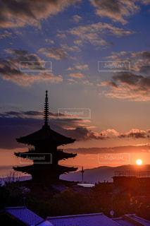 空,夕日,京都,太陽,雲,夕焼け,観光地,光,五重塔,マジックアワー,関西,古都,八坂の塔,法観寺,近畿,だるま夕日