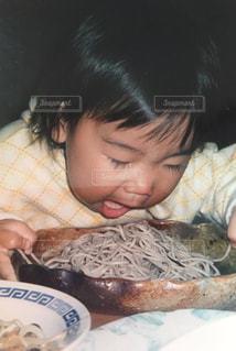 子ども,食べ物,食事,そば,女の子,もぐもぐ,食いしん坊