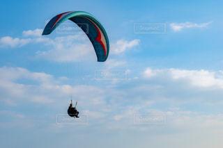 パラシュートは空を飛んでいます。の写真・画像素材[1860931]