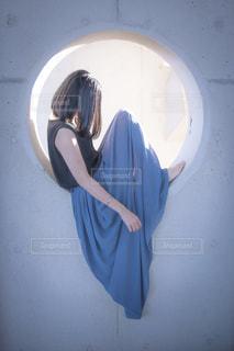 鏡の前に立つ人がカメラに向かってポーズをとるの写真・画像素材[2232443]