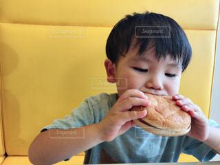男子,ごはん,食べる,少年,男の子,マクドナルド,大好き,マック,マクド,チーズバーガー,4歳,ハッピーセット