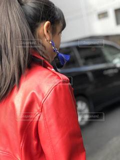 ロングヘア,赤,後ろ姿,女子,女の子,黒髪,イヤリング,髪の毛,ジャケット,揺れる,ライダース