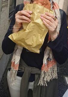 女性,自撮り,東京,マフラー,浅草,旅行,甘い,サクサク,美味しい,メロンパン,紙袋,ストール