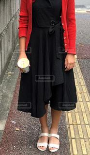 黒いワンピースの女性の写真・画像素材[2383002]