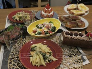 テーブルの上に食べ物のプレートの写真・画像素材[1709547]