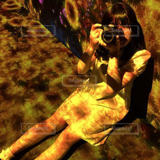 Girl takes a photoの写真・画像素材[1685630]