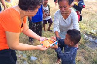 大事にランチを受け取るフィリピンの山岳民族の男の子の写真・画像素材[1671882]