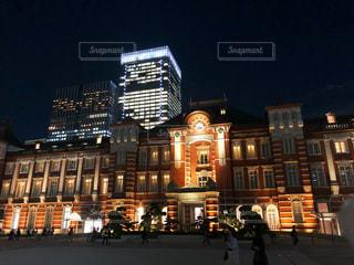 夜の東京駅と働く明かりの写真・画像素材[1673604]