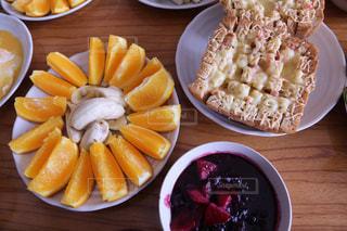 木製のテーブル、板の上に食べ物のプレートをトッピングの写真・画像素材[1775045]