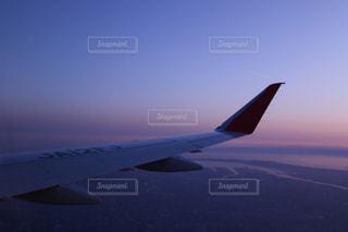 空を飛んでいる飛行機の写真・画像素材[1861398]