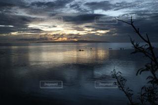 水の体に沈む夕日の写真・画像素材[1865980]