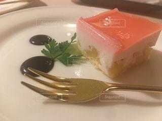 ケーキをフォークで白い板の上に座っています。の写真・画像素材[1883369]
