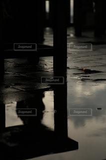 非常に暗い水の写真・画像素材[2178150]