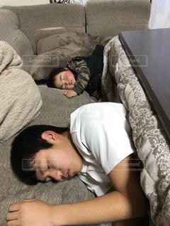 ベッドの上で横になっている男の写真・画像素材[1746625]