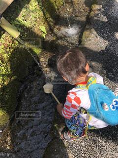 公園,後ろ姿,水,水面,光,水しぶき,水遊び,男の子