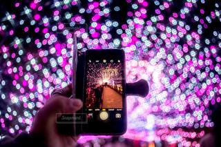近くに携帯電話を持つ手のアップの写真・画像素材[1694787]