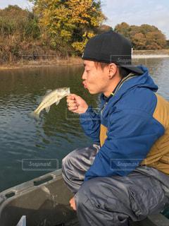 男性,20代,冬,屋外,ボート,帽子,池,男,釣り,遊び,明るい,趣味,キャップ,山口県,魚釣り,あそび,バス釣り,好きなこと