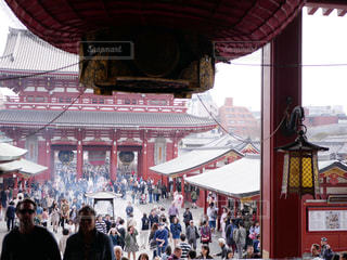 建物の前に立っている人々 の群衆の写真・画像素材[1727642]