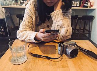 ラップトップを使用してテーブルに座っている女性の写真・画像素材[1836885]