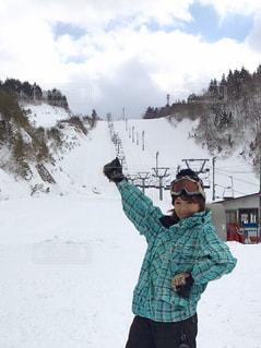 雪の中に立っている人の写真・画像素材[1726806]