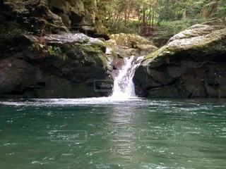 いくつかの水の上の大きな滝の写真・画像素材[1689377]