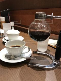 コーヒーやビール、テーブルの上のガラスのカップの写真・画像素材[1853309]