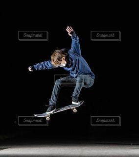 スケート ボードに乗っている間は空気を通って飛んで男の写真・画像素材[1681609]