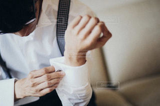 男性,結婚式,結婚,朝,新郎,出発,ドレスアップ,タキシード,メガネ,決意,カフスボタン