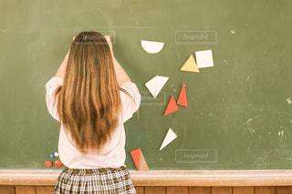 学生,屋内,少女,人物,人,校舎,学校,黒板,教室,制服,女子高生,授業中