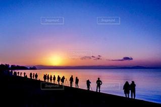 水域の隣に立っている人々のグループの写真・画像素材[2141810]