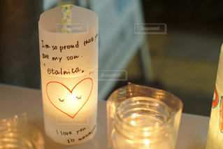 テーブルの上に座っているガラス瓶の写真・画像素材[2170338]