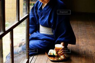 窓の前に座っている男の写真・画像素材[2275053]