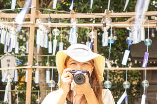 フェンスの前に立っている人の写真・画像素材[2361601]