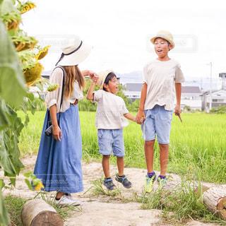草の上に立つ人々のグループの写真・画像素材[2361624]