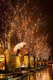 女性,1人,夜,夜景,雨,傘,イルミネーション,都会,道,グランフロント大阪,シャンパンゴールド