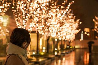女性,1人,雨,マフラー,イルミネーション,都会,道,人,明るい,グランフロント大阪,シャンパンゴールド