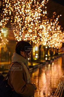 女性,風景,夜,夜景,雨,イルミネーション,都会,人,明るい,グランフロント大阪,シャンパンゴールド