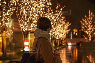 女性,1人,風景,冬,夜,カバン,屋外,マフラー,イルミネーション,都会,道,人,明るい,グランフロント大阪,シャンパンゴールド