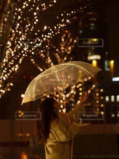 女性,1人,風景,夜,雨,傘,屋外,イルミネーション,人,グランフロント大阪,シャンパンゴールド