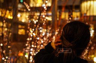 女性,1人,夜,屋外,手,イルミネーション,都会,人,明るい,通り,グランフロント大阪,シャンパンゴールド