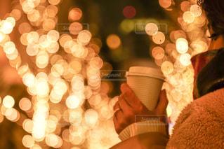 女性,1人,コーヒー,マフラー,手,イルミネーション,都会,カップ,明るい,グランフロント大阪,シャンパンゴールド