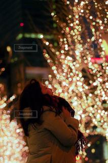 女性,1人,夜,夜景,イルミネーション,都会,道,人,明るい,グランフロント大阪,シャンパンゴールド