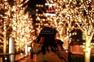 女性,1人,夜,夜景,マフラー,イルミネーション,都会,人,明るい,通り,グランフロント大阪,シャンパンゴールド