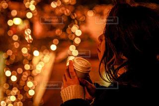 女性,1人,コーヒー,イルミネーション,都会,休憩,道,明るい,グランフロント大阪,シャンパンゴールド