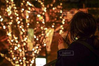 女性,1人,夜,夜景,コーヒー,屋外,イルミネーション,都会,人,カップ,通り,グランフロント大阪,シャンパンゴールド